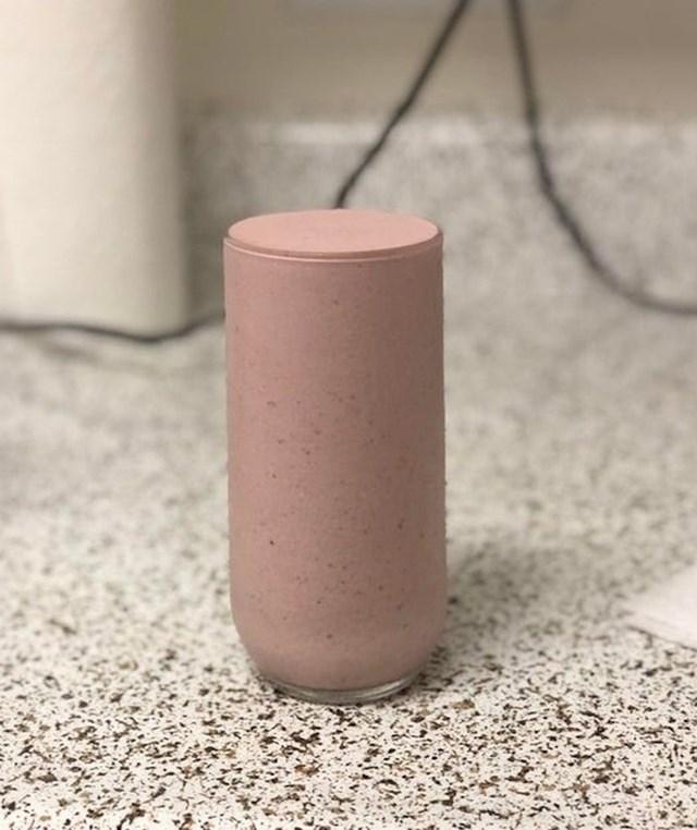 Ako malo bolje pogledate, shvatit ćete da je ovo zapravo čaša napunjena smoothijem.