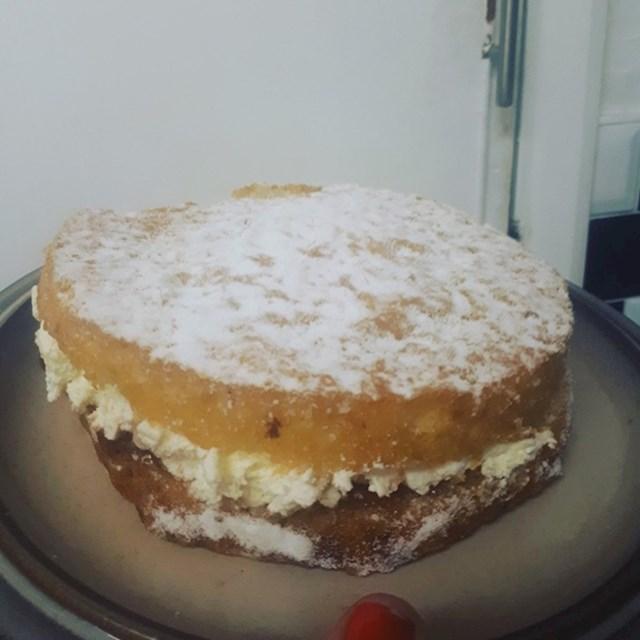 """""""Mama mi je svake godine pravila rođendanske torte, čak 44 godine. Bilo nam je jako teško kad je prije dva mjeseca umrla. Ove godine se tata potrudio napraviti rođendansku tortu za mene. Srce mi se istopilo."""""""
