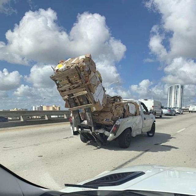 Vozač koji ruši zakone fizike - Kako je ovo moguće?!