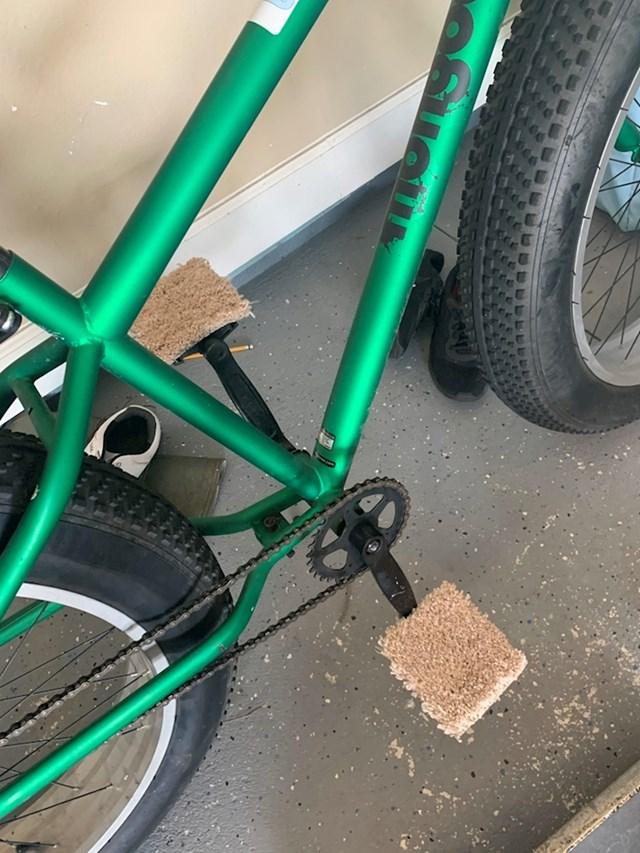 """""""Moj 12-godišnji sin je promijenio pedale na svom biciklu. Stavio je komadiće starog tepiha kako bi mogao bos voziti bicikl."""""""