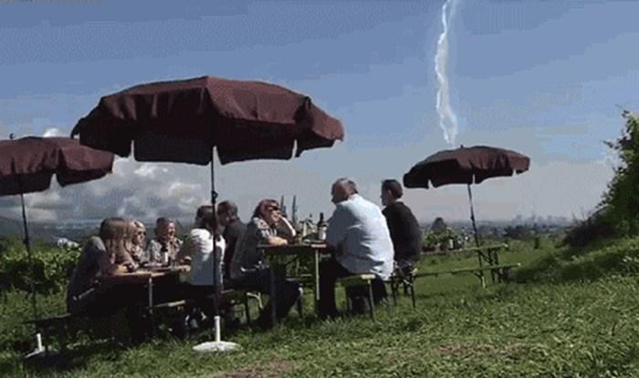 Društvo je sjedilo i uživalo u lijepom vremenu, a onda je kamera snimila šokantan trenutak