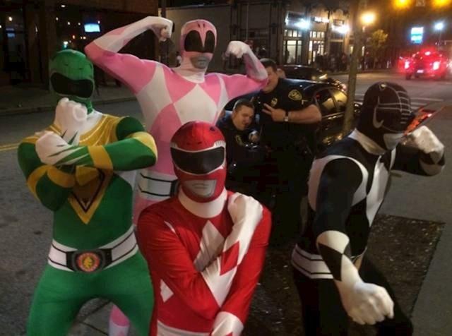 Fotka ne bi bila zanimljiva bez ovih policajaca. :)
