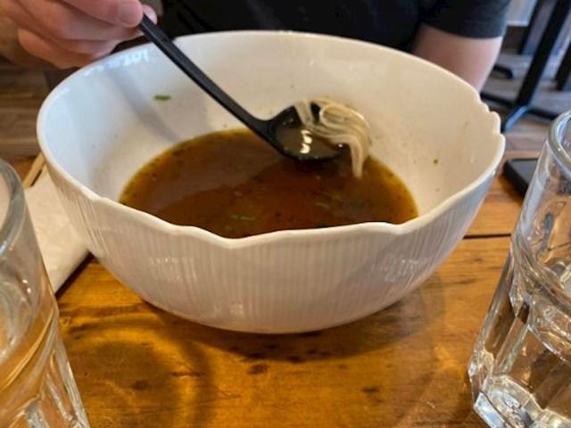 """""""Vlasnici ovog restorana su pametni i štedljivi, i to na potpuno primjeren način. Kucnuto i napuknuto suđe jednostavno izbruse da rubovi ponovno budu glatki. Nakon toga ih ponovno koriste. Nama se svidjela ideja."""""""