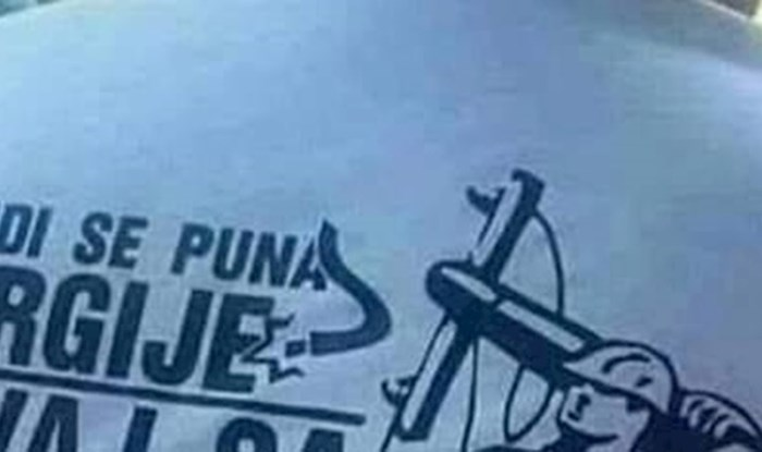 Električar je obukao majicu s natpisom s kojim bi trebao biti privlačniji ženskom rodu