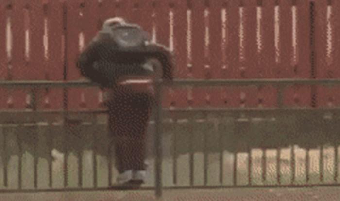 Popeo se na ogradu kako bi izbjegao lokve, a onda je prošao auto