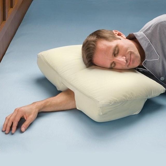 """Pomoću ovog jastuka za spavanje na boku zauvijek odgovorite na pitanje """"Gdje ću s rukom?""""."""