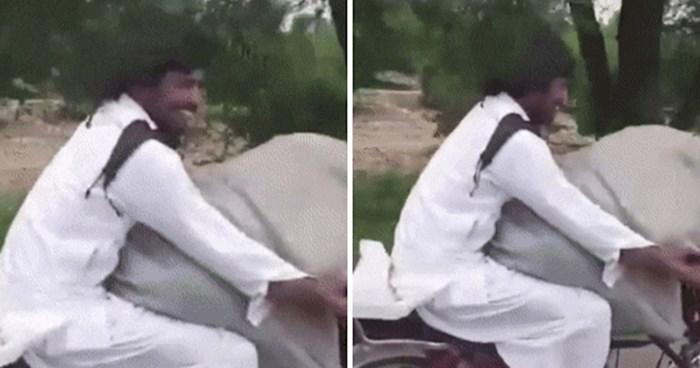 Pogledajte s kim se ovaj čovjek vozi na motoru