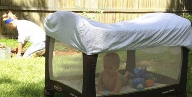 Beba je vani, a u isto vrijeme potpuno je zaštićena od sunca.