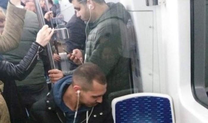 Sve je iznenadio putnik koji je odlučio zauzeti mjesto u punom tramvaju