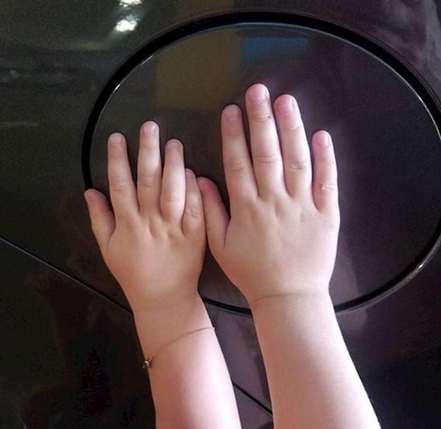 """Zabavna igra """"držanja ruku unutar kruga"""" kako bi djeca ostala sigurna i ne istrčavala na cestu dok se zadržavate oko auta."""
