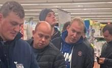 Trojica muškaraca nasmijali su blagajnicu onime što su izabrali kupiti u dućanu