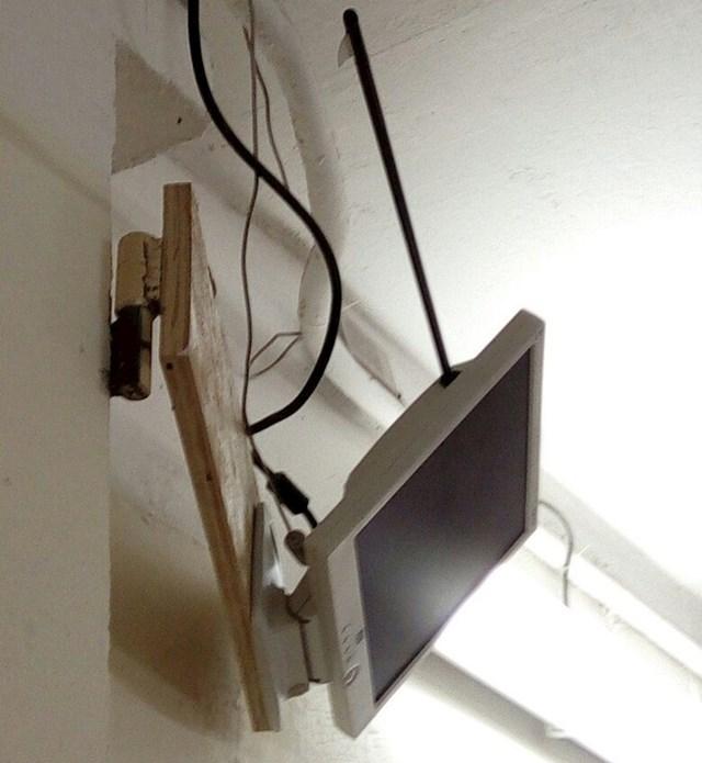 Ovaj je muškarac strijelom pogodio USB utor svog monitora, a on još uvijek savršeno radi.