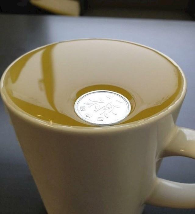 Ovaj Japanski novčić je toliko lagan da niti ne probija površinsku napetost vode!