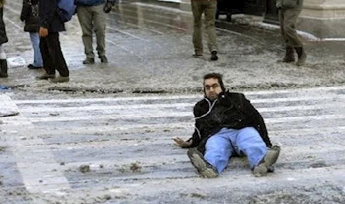 VIDEO Ovi prolaznici su podcijenili led na cesti, pogledajte što im se dogodilo