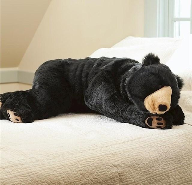 A što kažete na ovaj jastuk za cijelo tijelo u obliku medvjeda koji vas grli?