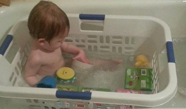 Ovako mu igračke neće bježati, a i on je malo stabilniji. :)