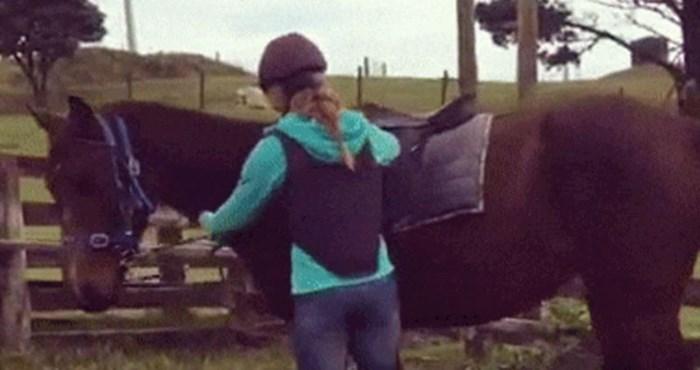 Jahačica se na vrlo neobičan način popela na konja
