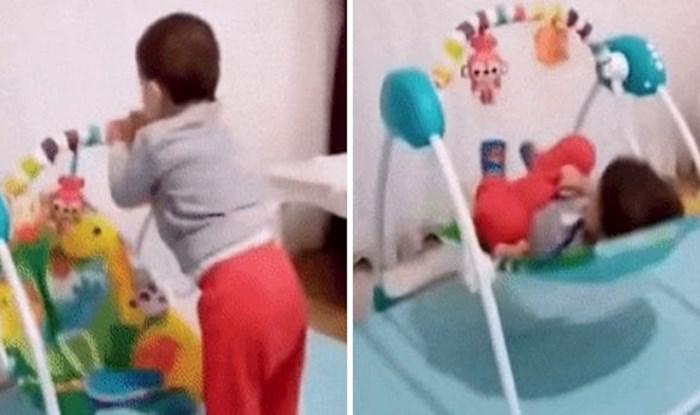 Ova beba ima odličan način za ulazak u svoju njihaljku