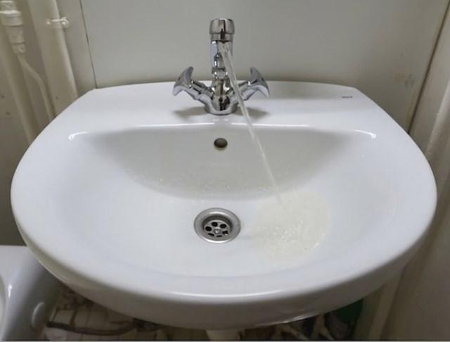 Nagib kruzera na kojem je ova kupaonica uzrokovao je da mlaz vode izgleda kao da se protivi gravitaciji.
