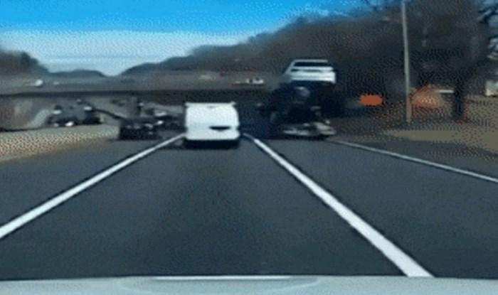 Vozač kamiona zaboravio je kakav teret prevozi i napravio kaos