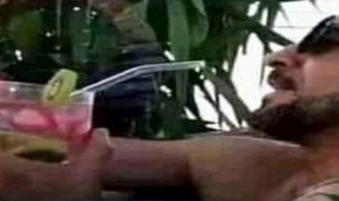 Lik se pretvarao da pije koktel u bazenu, ali fotka iz drugog kuta otkrila je pravu istinu