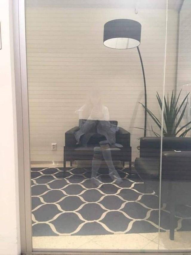12. Njezina refleksija savršeno se uklopila u fotelju.