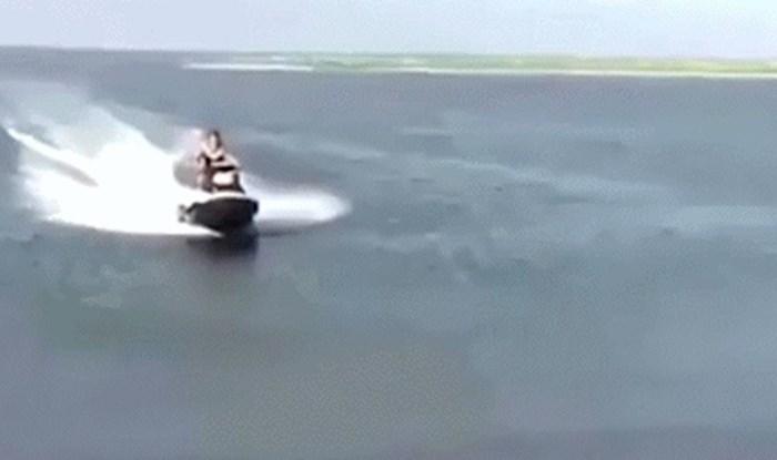 Morate vidjeti kako je ovaj genijalac suludo pristao sa svojim jet-skijem