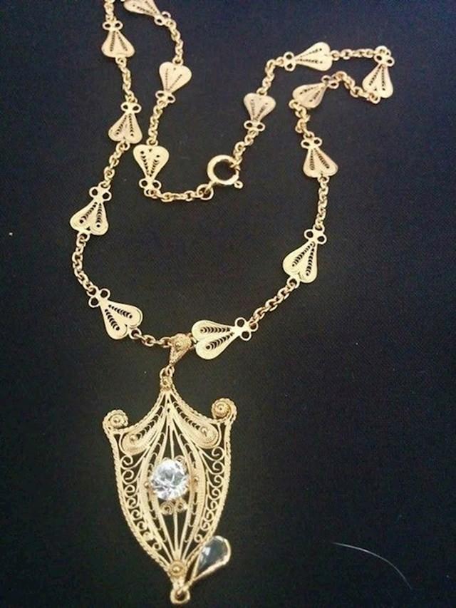 """6. """"Svekrva mi je poklonila zlatni lančić koji je ručno izradio njezin djed i rekla da ga moram nositi na dan svadbe."""""""
