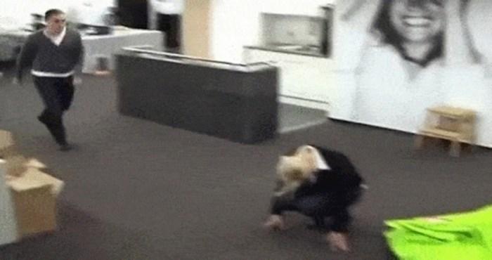 Bilo mu je dosadno na poslu pa je zamolio kolegicu da mu asistira za trik; sigurno je požalila