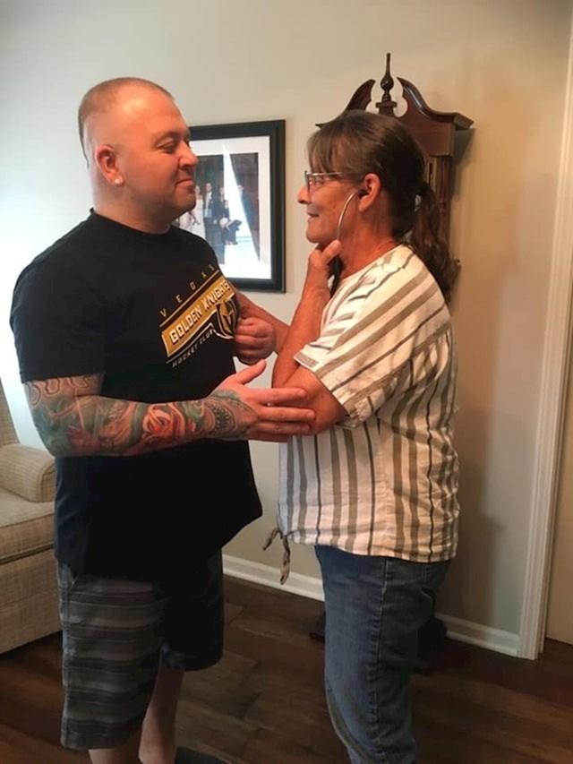 Majka sluša otkucaje srca svoje pokojne kćeri koja je nakon smrti donirala srce ovom čovjeku.