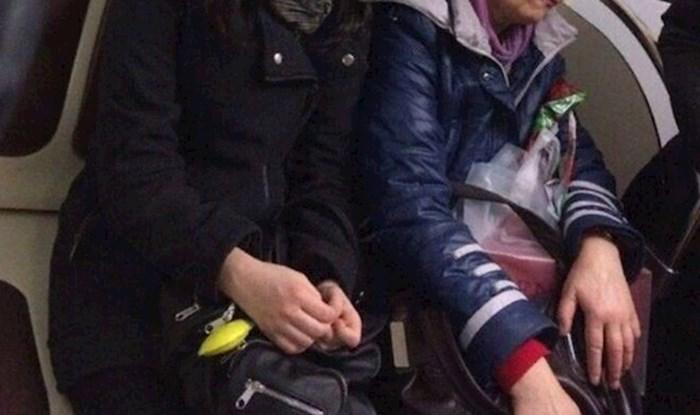 Netko je u podzemnoj fotkao djevojku koja ne može sakriti oduševljenje svojom novom kapom