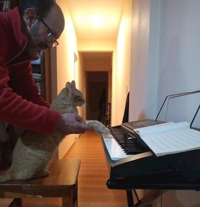 """""""Nije htio mačku, a sada ju uči svirati."""""""
