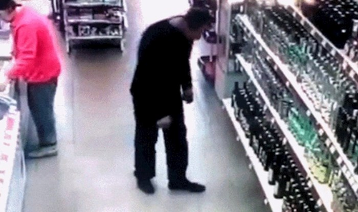 Nadzorna kamera u supermarketu snimila je urnebesan fail ovog tipa