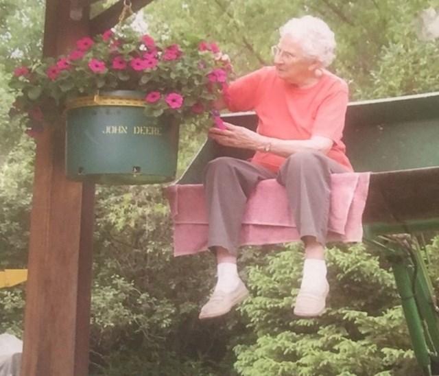 2. Ova baka ima 96 godina i izrazito je vitalna. Živi sama i potpuno je pokretna, jedini problem joj je zaliti viseće cvijeće. Tom problemu doskočila je tako da zamoli sina da ju podigne traktorom.😂