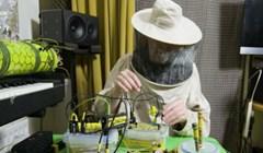 VIDEO Ovaj čovjek radi elektronsku glazbu uz pomoć pčela