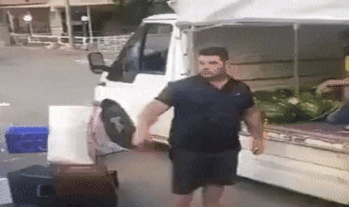 Radnik je oduševio internet neobičnim načinom dodavanja lubenica svojem kolegi