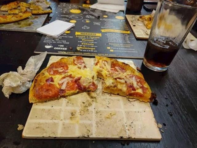 6. Pizza poslužena na keramičkoj pločici