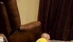 Tip je prisiljen gledati film s poda, umrijet ćete od smijeha kad vidite tko mu je ukrao kauč