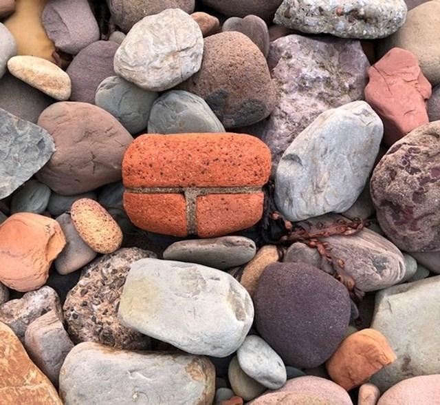 Valovi su izlizali kamenje.