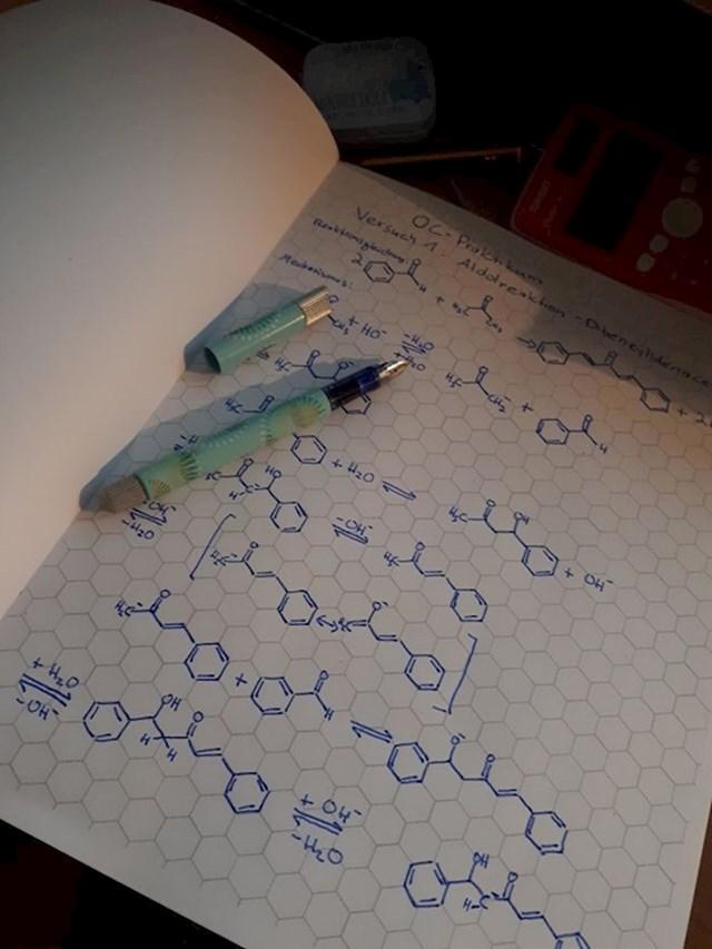 Bilježnica za kemiju koja već ima predložak za crtanje.