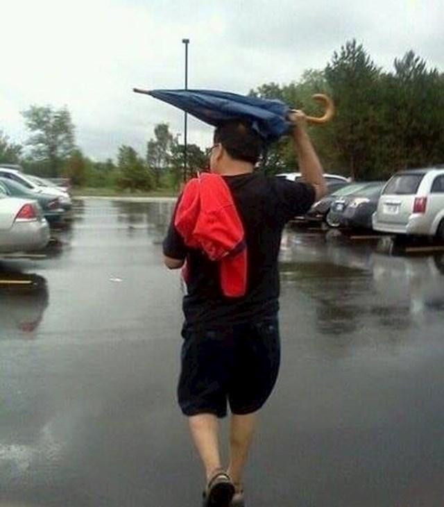 12. Tip koji je očito zaboravio kako koristiti kišobran