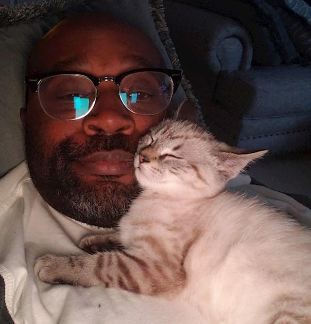 """2. """"Osobni prostor? Ne, ti si jastuk za mačke."""""""
