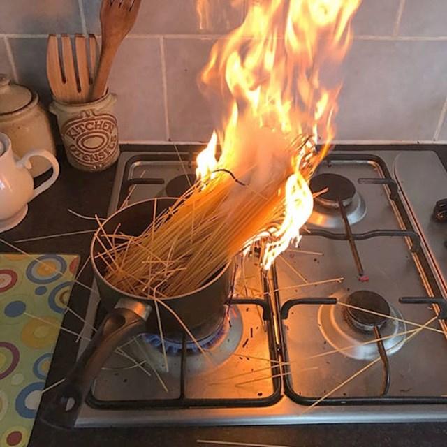 4. Rekli su joj da je jednostavno skuhati špagete. Ali nisu joj rekli da ih najprije treba staviti u vodu.