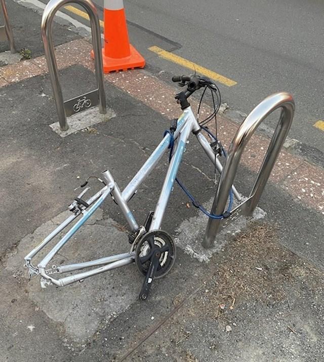 """10. """"Moj bicikl...barem ono što je ostalo od njega."""""""