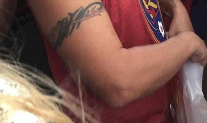 """Lik je na urnebesan način odlučio """"ispraviti"""" tetovažu iz mladosti"""