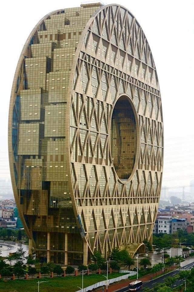 9. U Kini možete naići na neke zadivljujuće zgrade koje su sasvim netipične za zapad.