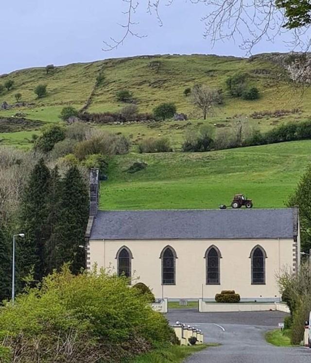 17. Traktor na krovu crkve u Irskoj...