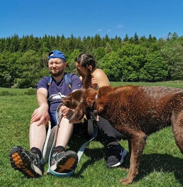 2. Htjeli su zajedničku fotku, ali njihov pas imao je drugačije planove