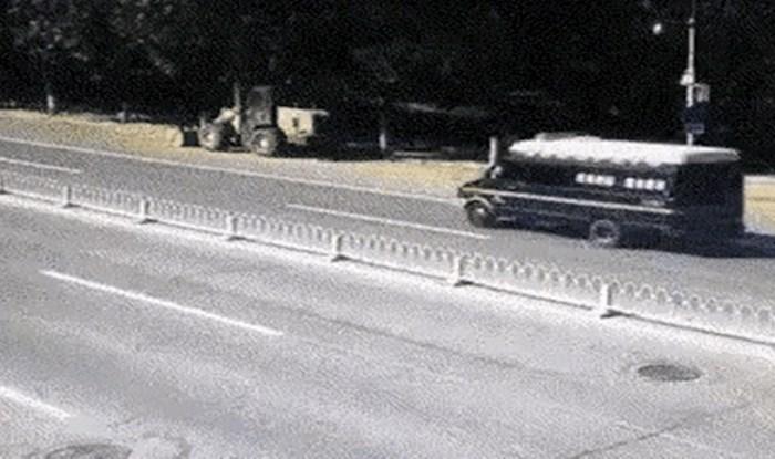 Ovaj motorist rođen je pod sretnom zvijezdom, pogledajte kako je za dlaku izbjegao užasnu nesreću