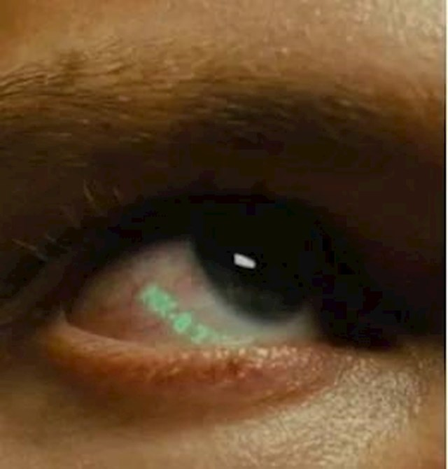 """7. Blade Runner 2049 fantastičan je film, a ovo je vraški skriven detalj. Prema radnji filma, replikanti se mogu identificirati po serijskom broju na oku, koji se otkriva gledanjem prema gore i ulijevo. Kad počnu naslovne kartice filma, prva riječ je """"Replikant"""", koja se nalazi u gornjem lijevom kutu kadra, prisiljavajući gledatelja da oponaša tu gestu."""